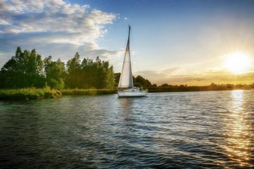 Żaglówką po zatoce #Morze #słońce #zatoka #żaglówka