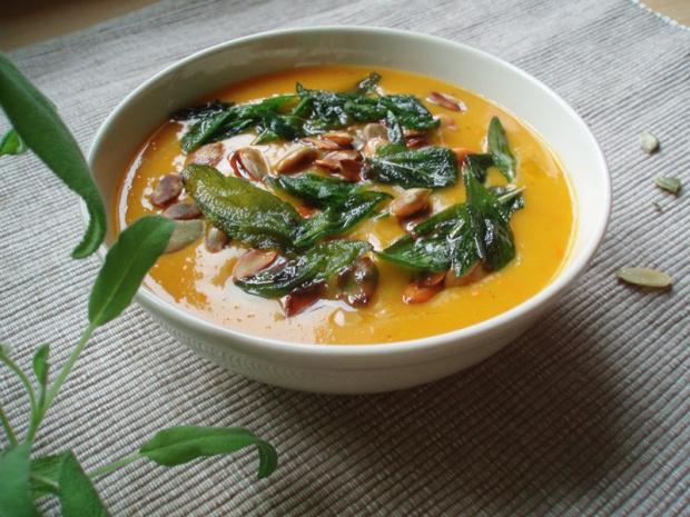 Zupa krem z dyni z pestkami dyni i smażonymi listkami szałwii