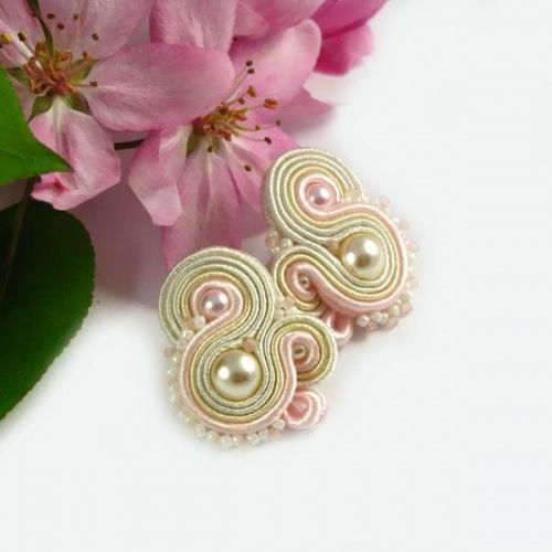 Kolczyki ślubne z perłami.