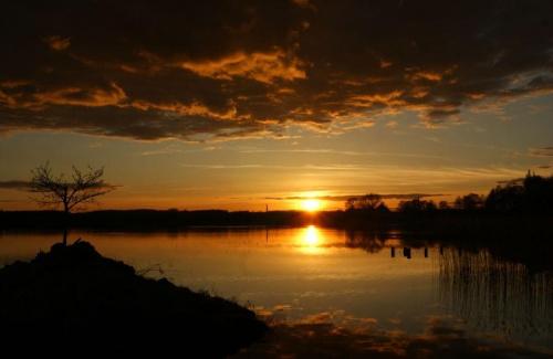 #jezioro #chmury #słońce #zachód #wieczór #niebo